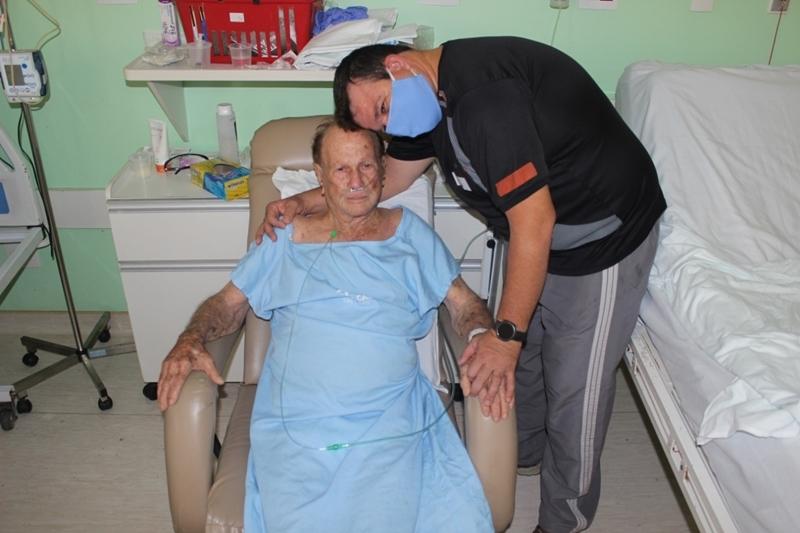 Idoso de quase 90 anos infectado pelo coronavírus recebe alta da Santa Casa de São Carlos