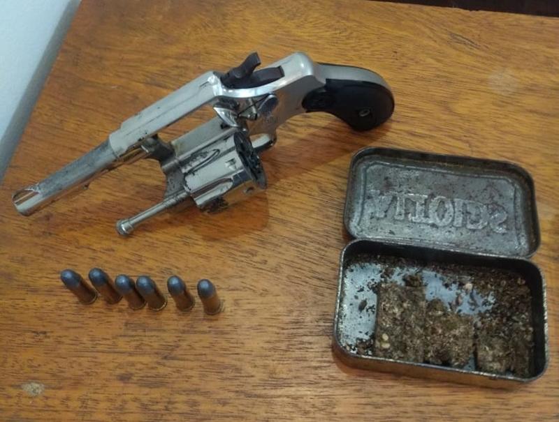 Revólver, munições e maconha são apreendidos pela PM em residência na Vila Costa do Sol