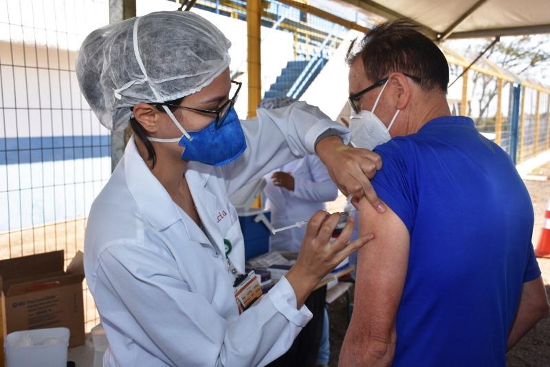 São Carlos inicia na 2ª vacinação de pessoas acima de 18 anos