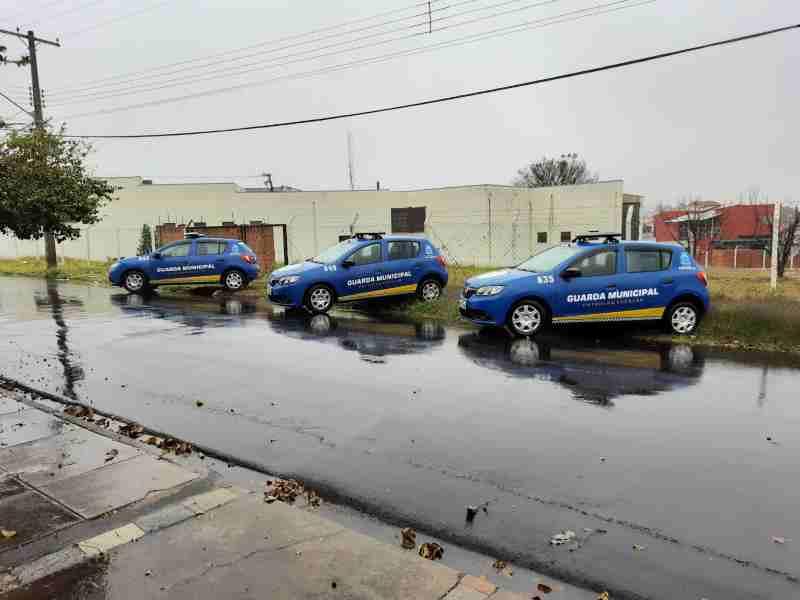 Dupla é detida pela GM momento que arrombava porta de prédio público