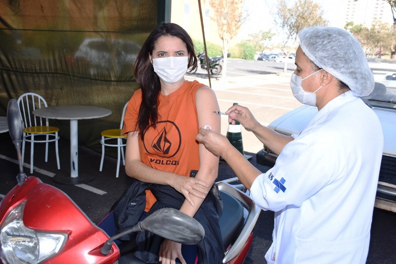 São Carlos inicia vacinação da faixa etária de 29 anos nesta segunda-feira