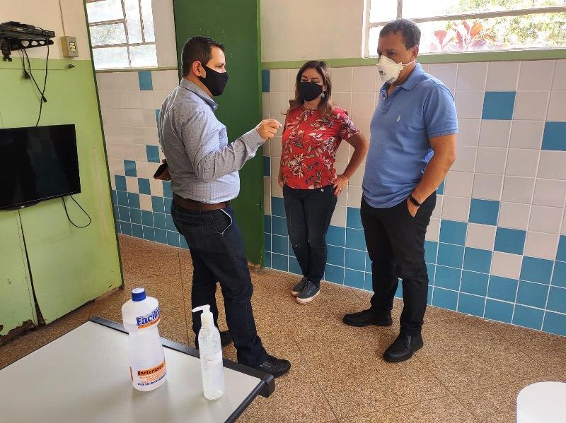 Roselei visita escolas com Edson Ferraz