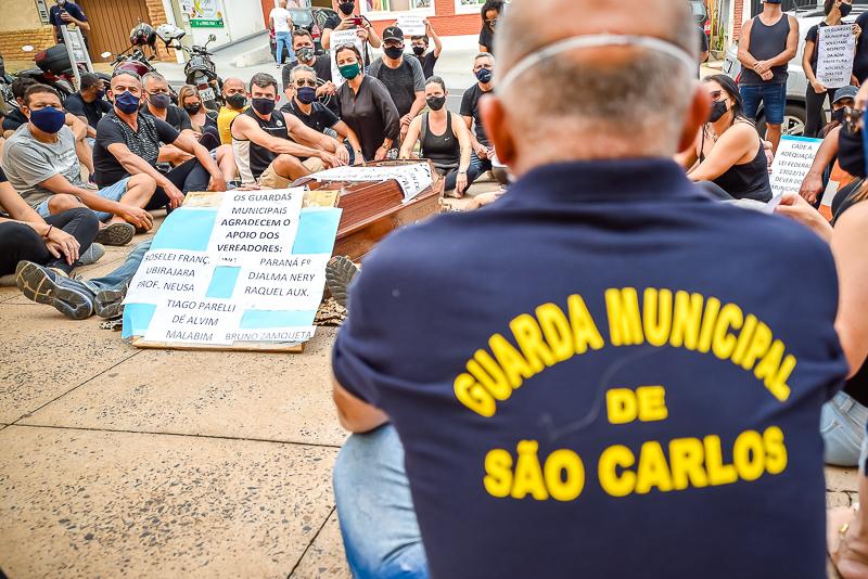 Guardas Municipais se unem e com um 'caixão' protestam em frente ao Paço Municipal de São Carlos