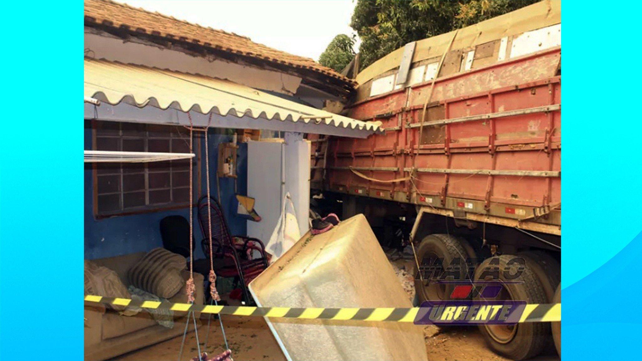 Caminhão fica desgovernado e atinge casa em Matão