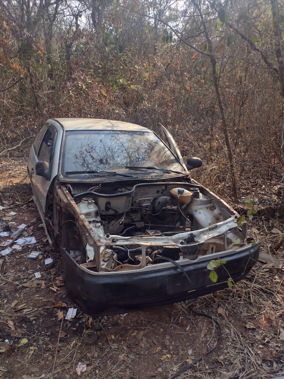 Carcaças de carros furtados são localizadas em matagal
