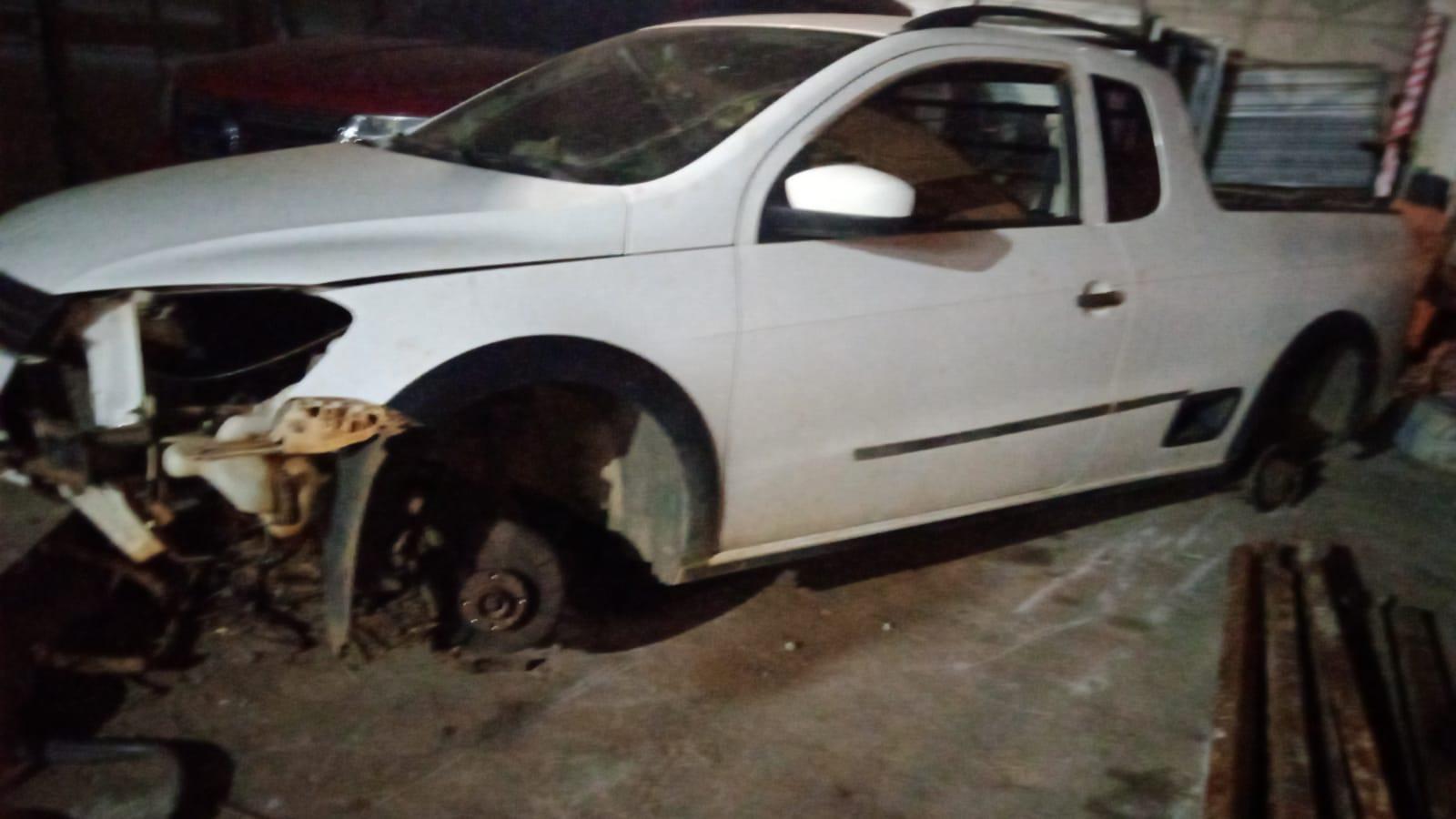 Carro furtado é localizado depenado em canavial