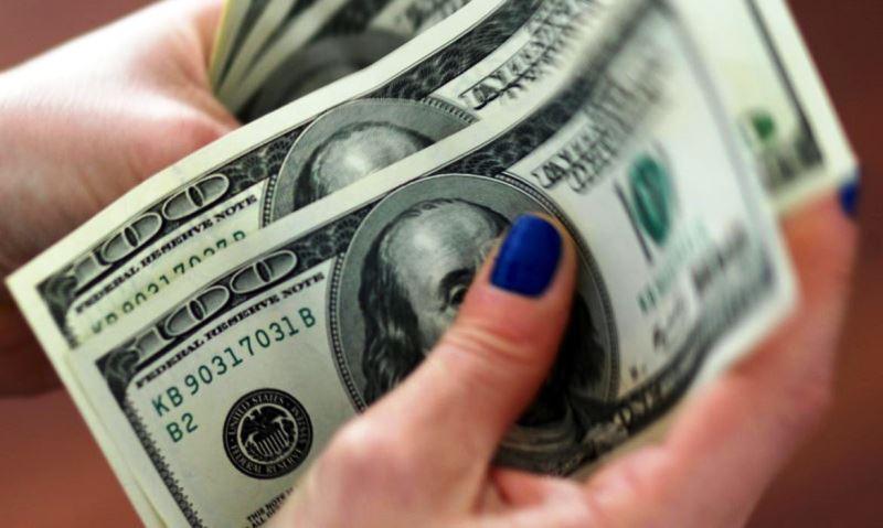 Exterior limite queda do dólar, após ganhar 2,74% na semana passada