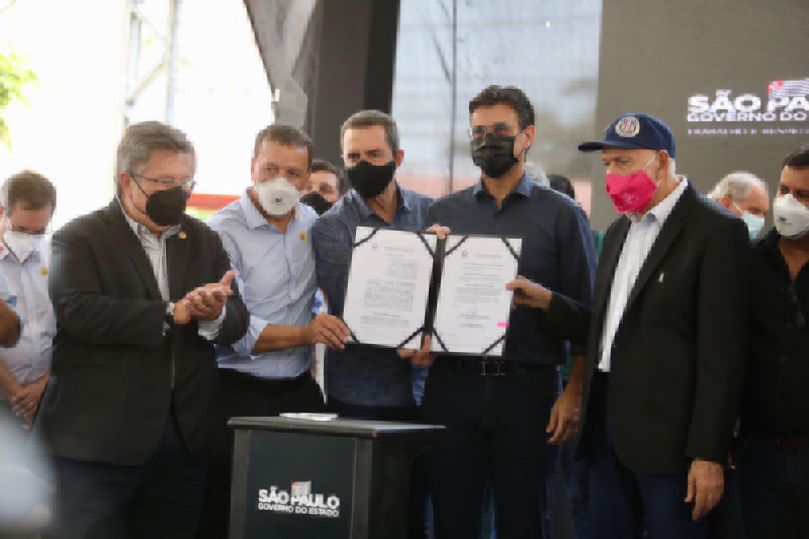 Vice-governador Rodrigo Garcia entrega benefícios em São Carlos