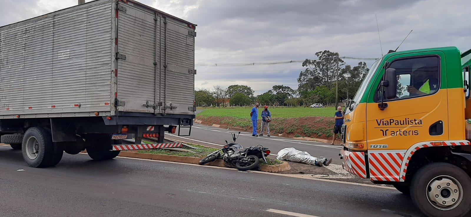 Motociclista morre após colidir na traseira de caminhão