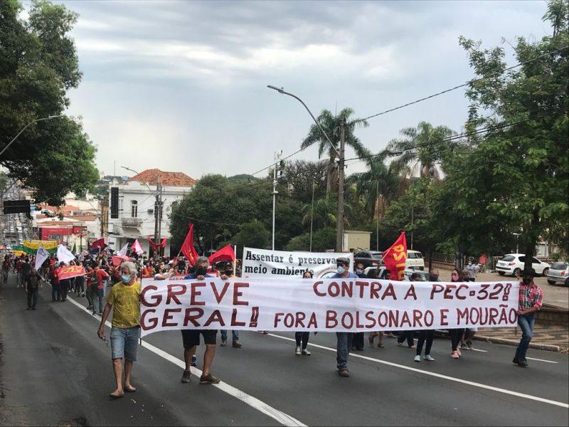 Manifestantes protestam contra Bolsonaro em São Carlos